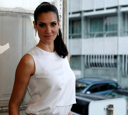 Daniela Ruah surpreendida durante as gravações de 'NCIS Los Angeles'