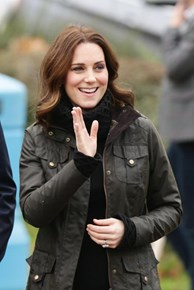 Inspiração fashion real: Kate Middleton usa casaco 'gêmeo