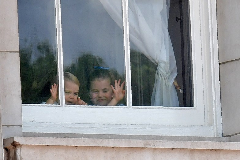 George, Charlotte e Louis à janela do palácio